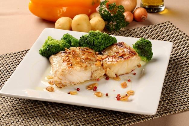 Bacalhau - filé de peixe ao molho com alho e legumes