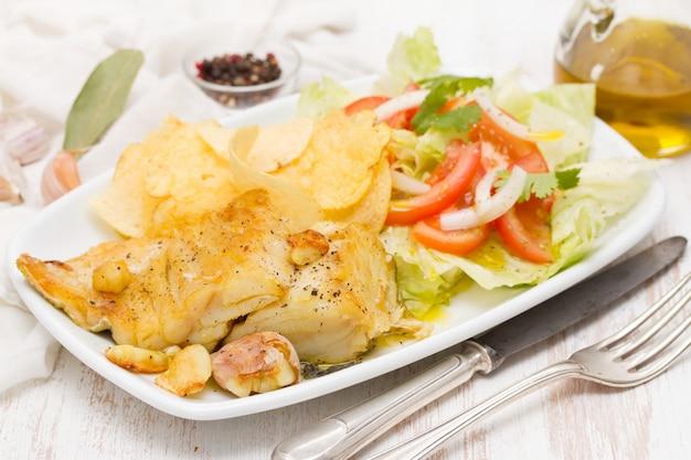 Bacalhau frito com batata e salada no prato