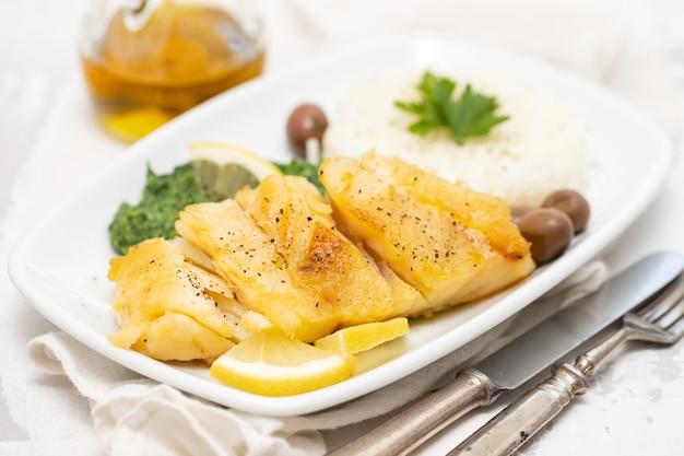 Bacalhau frito com espinafre no prato