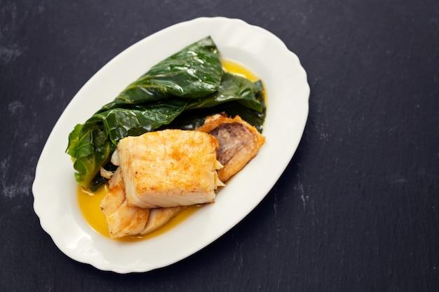 Bacalhau frito com repolho no prato branco