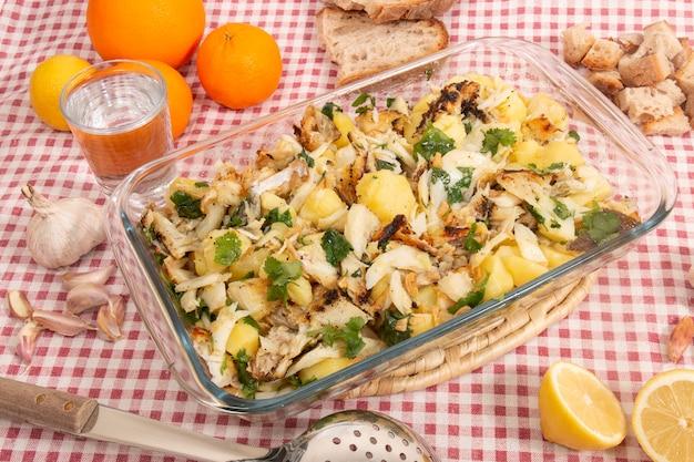 Bacalhau grelhado com batatas e azeite.