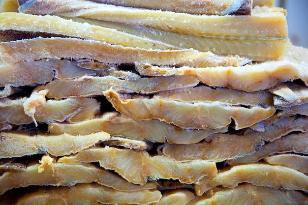 Bacalhau peixe salgado bacalhau em uma fileira empilhada
