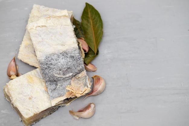 Bacalhau salgado com ervas aromáticas