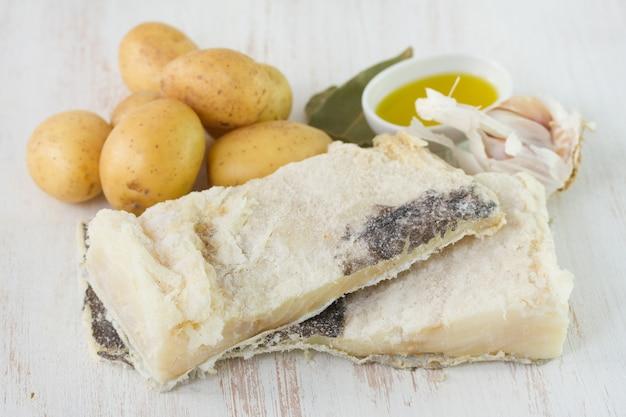 Bacalhau salgado seco com batata e alho