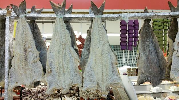 Bacalhau seco em peixaria, alimentação e indústria.