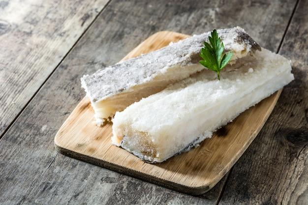 Bacalhau seco salgado na mesa de madeira branca comida típica da páscoa