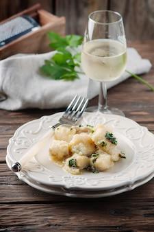 Bacalhau tradicional italiano com cebola e salsa