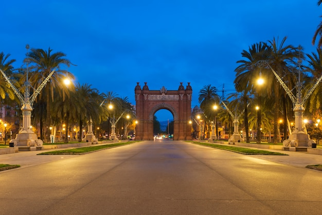 Bacelona arco do triunfo à noite na cidade de barcelona, na catalunha, espanha.