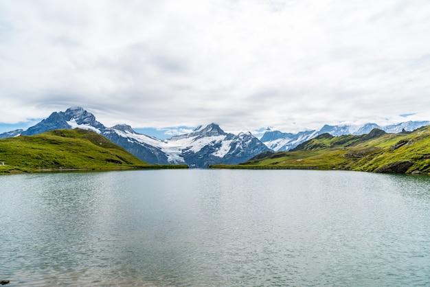 Bachalpsee lago com schreckhorn e wetterhorn em grindelwald na suíça