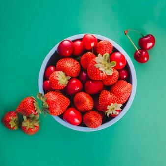 Bacia azul com frutos vermelhos
