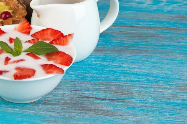 Bacia branca com iogurte
