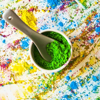 Bacia com cor seca verdejante entre cores brilhantes