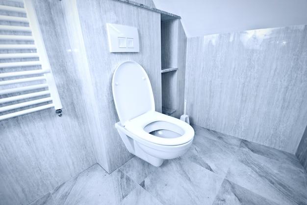 Bacia de banheiro branca no banheiro.