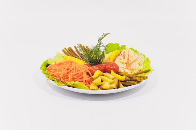 Bacia de caesar salad tradicional com a galinha e o bacon isolados no fundo branco.