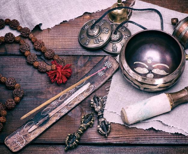 Bacia de canto de cobre e vara de incenso