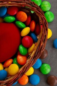 Bacia de doces com muitos doces e deleites coloridos.