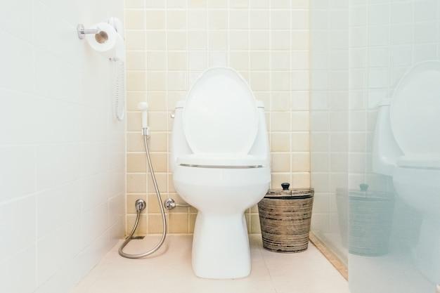Bacia de higiene moderna casa de banho perto