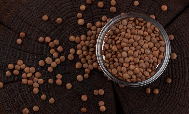 Bacia de lentilhas em de madeira preto. vista do topo