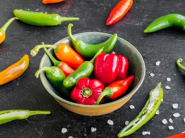 Bacia de pimentas doces e quentes