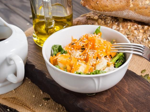 Bacia de salada vegetal colorida para o almoço no rústico de madeira