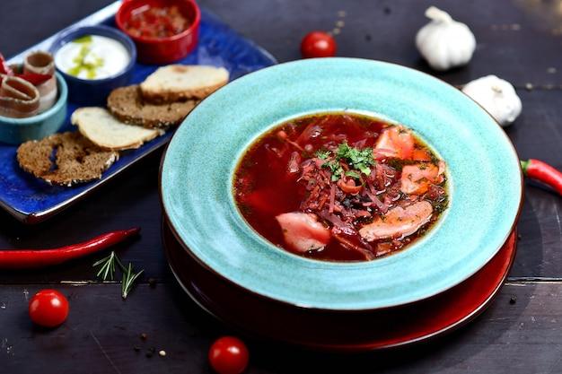 Bacia de sopa vermelha nacional do vegetal e da carne do ucraniano ou do russo. prato tradicional eslavo com beterraba, repolho, tomate
