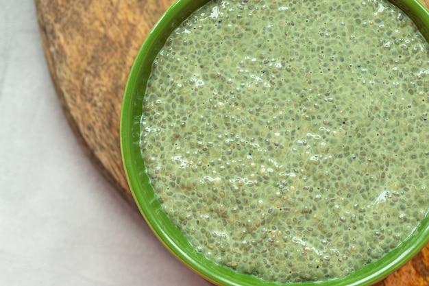 Bacia do pudim da semente do chia do chá verde de matcha. conceito de superalimento e vegan.