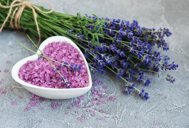 Bacia em forma de coração com sal marinho e flores frescas de lavanda