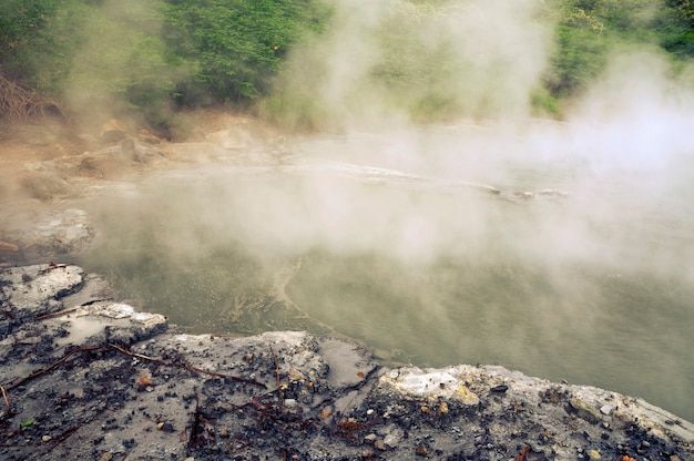Bacia natural quente com vapor na área vulcânica da ilha de hokkaido