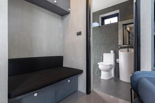 Bacia no banheiro moderno estilo loft com armário no banheiro