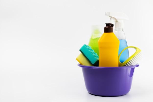 Bacia roxa com diferentes itens de limpeza