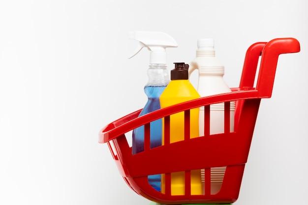Bacia vermelha com diferentes produtos de limpeza