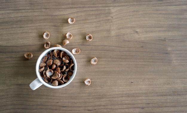 Bacias com flocos de milho de chocolate e leite no café da manhã na mesa de madeira. vista do topo