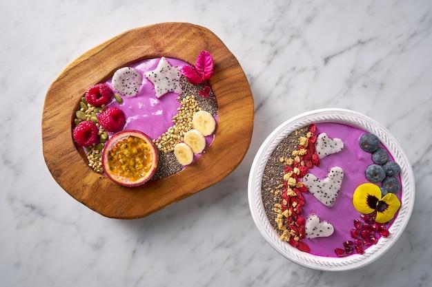 Bacias de açaí batido com pitaya de maracujá