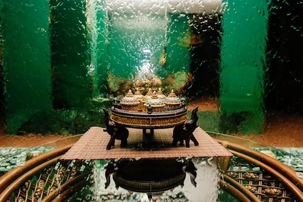 Bacias decorativas tradicionais na placa de vime