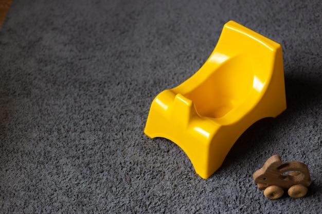 Bacio amarelo moderno no chão do quarto.