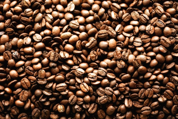 Backgound roasted dos feijões de café, espaço da cópia, vista superior. cappuccino, café escuro, bebida preta da cafeína do aroma, ingrediente para a bebida do café.