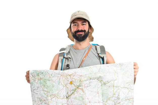 Backpacker com mapa sobre fundo branco