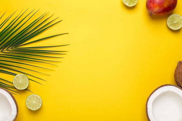 Backround amarelo com coco tropical, palmeira e frutas