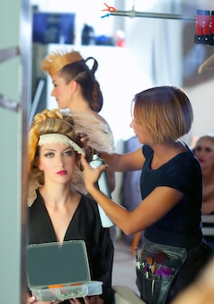 Backstage hairdressing fashion com maquiador