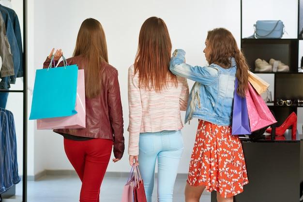 Backview dos melhores amigos indo às compras.