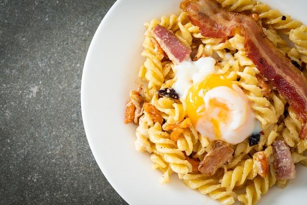 Bacon apimentado com massa carbonara fusilli - comida italiana