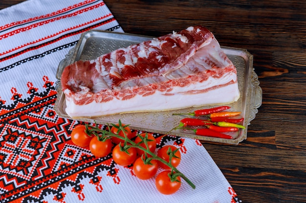 Bacon de banha de carne crua marinado para cozinhar