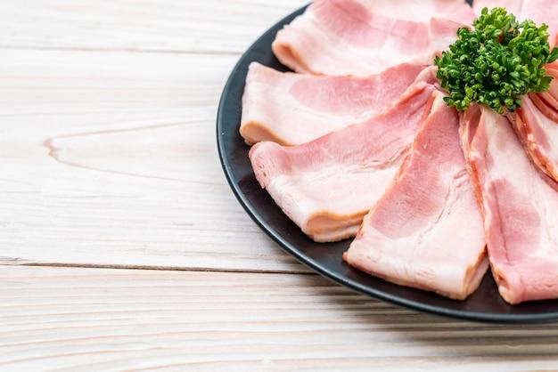Bacon de porco cru fatiado