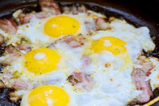 Bacon e ovo salgado e polvilhado com café da manhã inglês