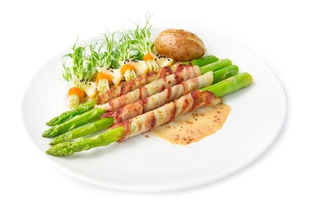 Bacon envolto aspargo grelhado com molho sasemi e ervilha brotos rolo na salada de pimentão preto sasemi decorar assar batata queijo cheddar vista lateral isolada