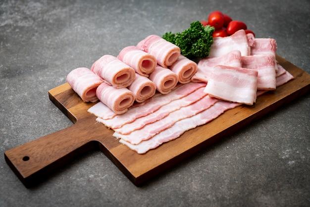 Bacon fatiado de porco cru