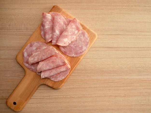 Bacon fatiado em um fundo de madeira