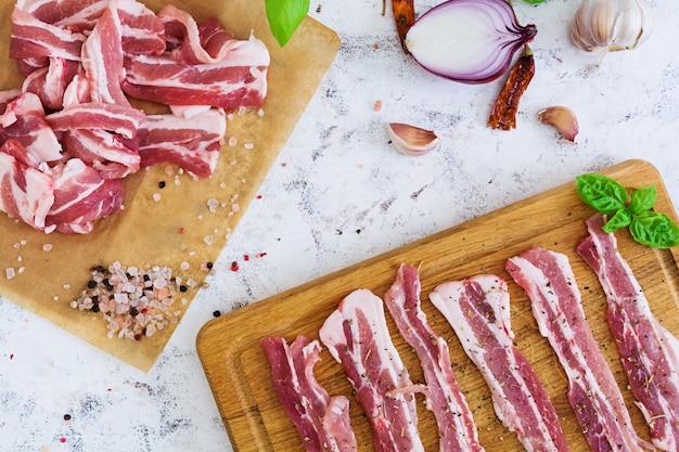 Bacon fatiado fresco com especiarias
