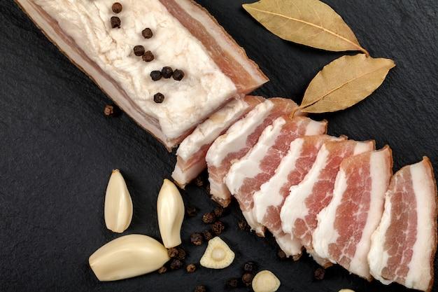 Bacon fresco com alho e grãos de pimenta, folha de louro. cozinha tradicional ucraniana.