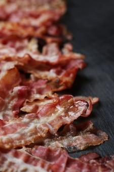Bacon frito na mesa preta